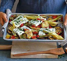 Gebackener Feta auf Ofengemüse ist lecker vegetarisch und schnell gemacht. Ob als Hauptgericht oder Beilage - mit diesem Rezept machen Sie nichts falsch!