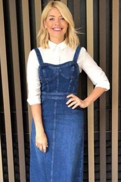 Holly Willoughby denim dungaree dress: This Morning presenter opts for a totally new style on the ITV show - here's where you can buy it Denim Pinafore Dress Outfits, Dungarees Outfits, Denim Dungarees, Denim Dungaree Dress Outfit, Sexy Outfits, Modest Outfits, Stylish Outfits, Fashion Outfits, Cheap Fashion