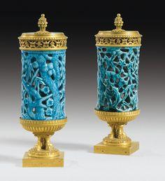 Paire de vases pots-pourri en porcelaine de Chine turquoise d'époque Qianlong (1736-1795) et bronze doré du premier quart du XIXe siècle
