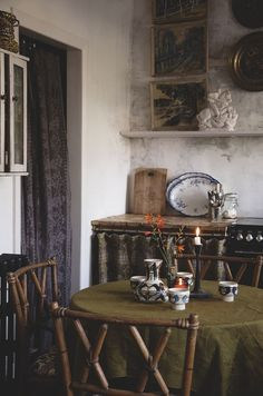 Home Interior Bedroom The green vintage linen table cloth sits really well with the vintage ceramics and artwork Shop Interior Design, Interior Decorating, House Design, Design Design, Cubicle Makeover, Old Room, Home Decor Colors, Antique Interior, Traditional Interior