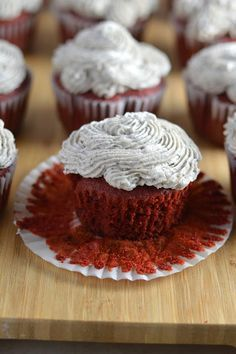 Red Velvet Oreo Cupcakes with Oreo Frosting Red velvet cupcakes with an Oreo surprise inside. Topped with cookies and cream frosting. Oreo Cupcakes, Red Velvet Cupcakes, Red Velvet Cheesecake, Cookies And Cream Frosting, Oreo Frosting, Best Dessert Recipes, Easy Desserts, Cookie Recipes, Biscuits