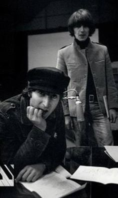what a perfect pic of George and John Beatles One, Beatles Photos, John Lennon Beatles, Hello Beatles, Beatles Funny, Julian Lennon, George Harrison Young, Personalidade Infp, The Quarrymen