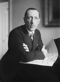Igor Stravinsky met partituur. De van geboorte Russische componist verwierf in 1934 de Franse nationaliteit en werd, nadat hij zich eind jaren dertig van de 20e eeuw in de Verenigde Staten had gevestigd, in 1945 tot Amerikaan genaturaliseerd.