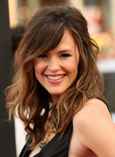 Chic daily hairstyle: layered wavy hair style with thick side swept bangs Jennifer certainly looks confident and happy in this slightly retro hairstyle with contemporary balayage highlights! The retro touch comes from the lightly back-combed crown that adds flattering height. Then a short, 'untidy' side-parting adds asymmetry and becomes a long, side-swept fringe over most …