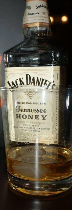 Panie i Panowie zapraszam na szklaneczkę lub szybkiego szota znakomitej whisky z subtelną miodową nutą #wybeetnepolaczenie #miodowyJack #TennesseeHoney  https://www.facebook.com/photo.php?fbid=1721345421476258&set=o.145945315936&type=3&theater