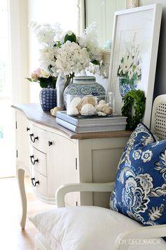 Create Beautiful Flower Vignettes at Home - DIY Decorator Home Living Room, Living Room Decor, Hamptons Style Decor, White Rooms, White Decor, Vignettes, House Design, Interior Design, Architecture