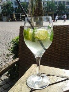 Hugo - die beste Sommererfrischung überhaupt =) http://kreativtrinken.com/cocktails/rezepte/hugo-mit-sekt-mit-wein-oder-doch-lieber-alkoholfrei