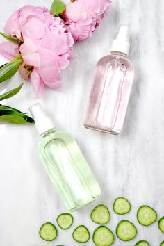 DIY Makeup Setting Spray (Rosewater or Cucumber Mint) Do you love dewy, glowing skin? If so, you'll love this ultra-moisturizing, natural DIY makeup setting spray that you can make at home. Set your makeup and re-hydrate your skin with rosewater, glycerin Make Up Spray, Fixing Spray, Beauty Hacks Every Girl Should Know, Diy Cosmetic, Diy Masque, Diy Beauté, Dyi, Skin Care Routine For 20s, Skincare Routine
