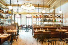 Kassettendecke trifft rustikale Holzmöblierung im gemütlichen Obergeschoss des Restaurants