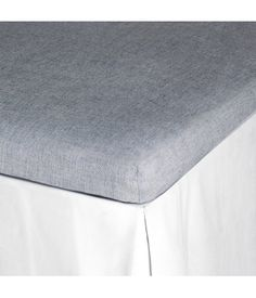 Light gray. Fitted sheet in cotton chambray. Fits mattresses up to 9 in. thick.