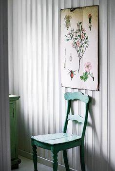 SVENSK LANDSTIL I SOMMERHUSET: Gamle botanikkplansjer fra da bestemor var skolejente, er populære bruktfunn. En gammel stol er et vakkert blikkfang, og kan godt være eneste møbel i et lite soverom - brukt som både nattbord og kleshenger | BoligPluss