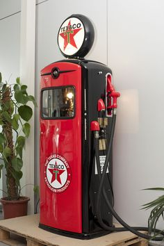 I would love to own a renovated retro fuel pump Old Gas Pumps, Vintage Gas Pumps, Refrigerator Wraps, Pompe A Essence, Texaco, Antique Stove, Old Gas Stations, Filling Station, Vintage Metal Signs