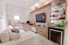 4 ambientes em uma mesmo espaço: sala de tv, escritório, bar e sala de vistas virando a cadeira do office para o estar e ainda usando o puff como mesa de centro