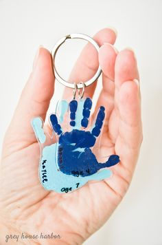 This shrinky dink handprint keychain is the perfect homemade father's day gift for Dad, and your kids will love making it too! fathers day gift grandpa, fathers day crafts for kids easy, gift ideas for your dad Homemade Fathers Day Gifts, Diy Father's Day Gifts, Diy Holiday Gifts, Father's Day Diy, Craft Gifts, Diy For Fathers Day, Christmas Gift From Baby, Preschool Mothers Day Gifts, Baby Fathers Day Gift