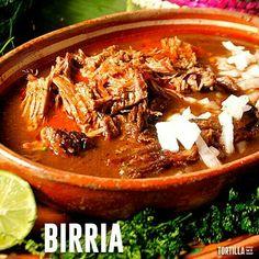 La birria es un plato muy típico de los estados de Jalisco y Nayarit, se elabora con carne de borrego o cabrito y es deliciosa. Se acompaña siempre de unas ricas tortillas. ¿La han probado? ¿Alguno de ustedes la sabe preparar? Shared by Rdith Cruz