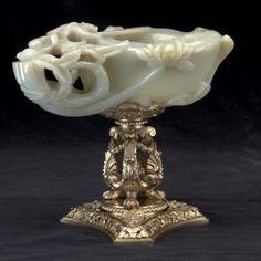 Vaso con el núm. 131 del inventario de 1746, compañero de dos tazas de jade, labradas en las postrimerías de la dinastía Ming, al estilo de Lu Zi Regalo del rey de Siam a Luis XIV y heredada por su nieto Felipe V