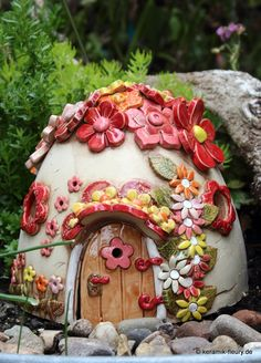 Gärtner gesucht – wer richtet meinen Garten There are many stories about the useful gnomes who do the chores in … Clay Fairy House, Fairy Garden Houses, Fun Crafts, Crafts For Kids, Polymer Clay Fairy, Garden Totems, Clay Fairies, Lantern Candle Holders, Colorful Furniture