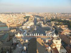 Ρώμη ή Αιώνια πόλη ή αλλιώς ανοιχτό μουσείο, συμβολίζει δύο πολύ σημαντικές σταθερές της Ιταλίας την θρησκεία και την ιστορία. Γι αυτό είναι ένα ανοιχτό μουσείο λόγω των αμέτρητων ιστορικών και θρησκευτικών αξιοθεάτων. Μέσα της αγκαλιάζει την μικρότερη πόλη του κόσμου, μια θρησκευτική πρωτεύουσα, το Βατικανό, που αποτελεί πόλη της πίστης για τους Καθολικούς αλλά