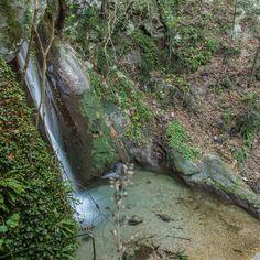 Da fare sul Lago di Garda: cercare di arrivare dentro una delle cascate del Ponale e rinunciare dopo aver fatto da scala umana al marito sceso troppo in basso e in evidente difficoltà nel risalire.  Strada del Ponale Riva del Garda Trento.