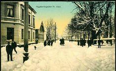 "Østfold fylke Fredrikstad Kolorert kort ved ""Nygaardsgaden"" i vinterdrakt Utg C.A.Larsen tidlig 1900-tallet"
