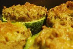"""Oggi andiamo e realizzare la """"classica"""" ricetta delle zucchine ripiene, quella con la carne: un secondo piatto gustoso, saporito e perfetto anche per un pic nic!"""