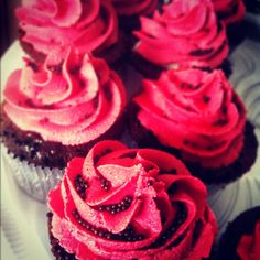 Cupcakes recheados com morangos e creme de chocolate branco, cobertura de buttercream.