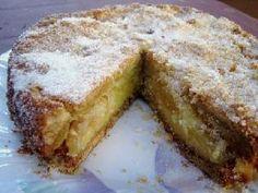Tarta de manzanas / Masa: 2 tazas de harina (240 gramos). 1 cucharadita de polvo de hornear (leudante, polvo químico). 1/2 cucharadita de sal. 125 gramos de manteca (mantequilla). 1/2 taza de azúcar (100 gramos). 2 yemas.  Relleno: 4 manzanas verdes grandes. 3/4 taza de azúcar (150 gramos). 1 taza de crema de leche (250cc.) (nata). 1 cucharadita de esencia de . 2 huevos