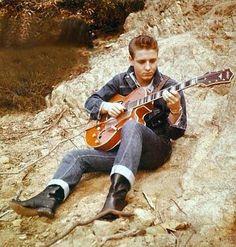 Eddie was something else! Rockabilly Artists, Rockabilly Music, Rockabilly Fashion, Rockabilly Style, 1950s Fashion, Logan And Jake, Frankie Avalon, The Cramps, Teddy Boys