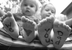 Maak een foto van de kids met een leuke tekst op de voetjes. Schattig! Leuk om in te lijsten en op te hangen. (Ook een leuk cadeau voor opa, oma, mama..) #Vaderdag