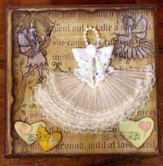 Caixinha em mdf revestida com papel para scrapbook,Tampa decorada com tecido plissado,tira bordada,perolas,carimbos e flores.