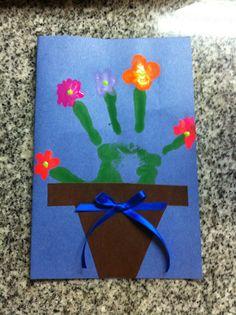 Tarjeta para el día de las madres: para los más pequeños.  Con mis alumnos de 1 y 2 años hicimos estas bellas tarjetas del día de la madre. En una cartulina de color, estampamos las manos de cada uno de los niños. Yo les recorté las macetas y el lazo. Adentro les pegamos un lindo poema para la ocasión, y los niños hicieron un dibujo de ellos y su mamá con creyones de cera.