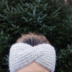 Siden jeg alltid har håret i strikk går jeg aldri med lue. Da er det fint at det er så mange flotte oppskrifter på pannebånd som florerer…