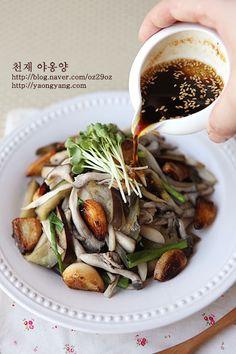 Photo Instruction: Korean Garlic Mushroom Salad for Vegan (Mushroom, Eggplant, Garlic, Negi Green Onion, Soy-Sauce Sesame Dressing)|きのこのガーリックサラダ(버섯갈릭 샐러드) Food Porn, K Food, Korean Dishes, Korean Food, Food Design, Vegetarian Recipes, Cooking Recipes, Healthy Recipes, Asian Recipes