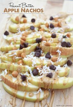 Peanut Butter Apple Nachos - Made To Be A Momma Need a simple and healthy snack? Try these Peanut Butter Apple Nachos--so yummy! Healthy Treats, Yummy Treats, Delicious Desserts, Yummy Food, Yummy Snacks, Healthy Kids, Simple Healthy Snacks, Healthy Camping Snacks, Healthy College Snacks