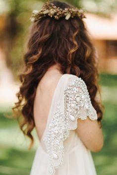 Vestido de noiva e cabelos soltos com coroa de flores em estilo boho.