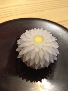 「優草 (まさりぐさ)」 菊をイメージした練菓子。a chrysanthemum