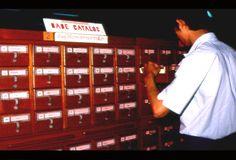 ตู้บัตรรายการ กลายเป็นของที่ถูกลืมไปเสียแล้วสำหรับห้องสมุดในยุคปัจจุบัน ภาพนี้เป็นบรรยากาษการใช้ตู้บัตรของห้องสมุดสตางค์ ถ่ายไว้เมื่อราวปี 2530