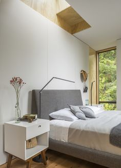This Little House in Washington Has Mighty Big Ties to Nature #washington #hometour #moderncabin #bedroom