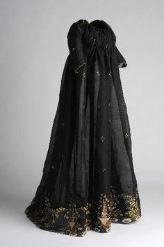 I so wish I could wear this elegant black Regency era dress right now, it's so marvelous!