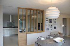 Une cuisine ouverte avec porte coulissante vitrée