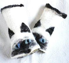 Pulsvanter med kattemotiv Barn, Throw Pillows, Knitting, Hands, Design, Handarbeit, Converted Barn, Toss Pillows, Cushions