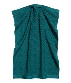 Petrol. Handtuch aus Baumwollfrottee mit jacquardgewebtem Zickzackmuster. Schlaufe oben.