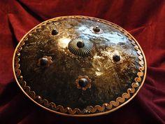 Oriental shield. Pracownia Artystyczna LORICA.  Tarcza bojowa SIPAR zwany też DHAL. Tarcza orientalna, wschodnia, w stylu indoperskim.