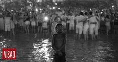 Cinco dias depois de ter partilhado no Facebook a imagem de um menino a olhar para o fogo de artifício, afastado da multidão que celebrava na praia de Copacabana a entrada em 2018, o autor do disparo encontrou-se com o protagonista... http://visao.sapo.pt/actualidade/mundo/2018-01-08-Fotografo-brasileiro-ja-encontrou-menino-deslumbrado-da-foto-viral-da-passagem-de-ano