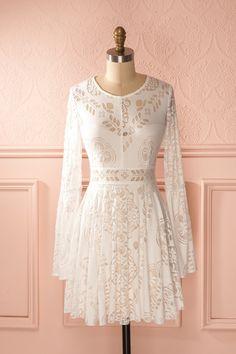 La modernité aurait fait de la princesse Iseut une beauté élégamment tendance. Princess Iseult could have been elegantly trendy in this beautiful dress. White lace long sleeved dress www.1861.ca