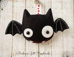 : Filcowy nietoperz dla Rosy Owl / Felt bat for . Felt Crafts Diy, Felt Diy, Sewing Crafts, Arts And Crafts, Halloween Ornaments, Felt Ornaments, Halloween Crafts, Felt Bookmark, Felt Monster