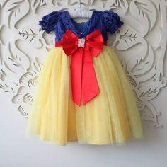 Vestido de fantasia luxo da branca de neve! Little Girl Fashion, Little Girl Dresses, Kids Fashion, Flower Girl Dresses, Baby Dresses, White Birthday Cakes, Snow White Birthday, Patriotic Dresses, Snow Dress