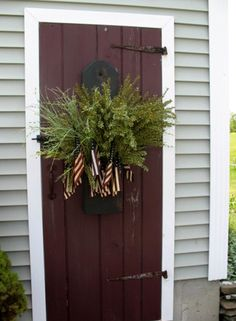 4th of July Door Decorations, Primitive Decorating, Primitive Outdoor Decorating, Primitive Homes, Wood Exterior Door, Colonial Decor, Old Wood Doors, Primitive Dining Rooms, Colonial Front Door