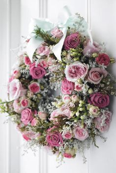 Rose wreath, this is a beautiful wreath! Wreath Crafts, Diy Wreath, Door Wreaths, Corona Floral, Decoration Shabby, Deco Floral, Rose Cottage, Valentine Decorations, Christmas Decorations