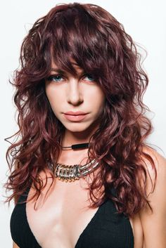 Modern Shag Haircut for Utter Stylish Look. Modern shag haircuts are an effortless styling option. They are a little mussy and casual hairstyle. Curly Shag Haircut, Long Shag Hairstyles, Modern Shag Haircut, Medium Shag Haircuts, Hairstyles Haircuts, Gorgeous Hairstyles, Curly Hair With Bangs, Long Curly Hair, Long Hair Cuts